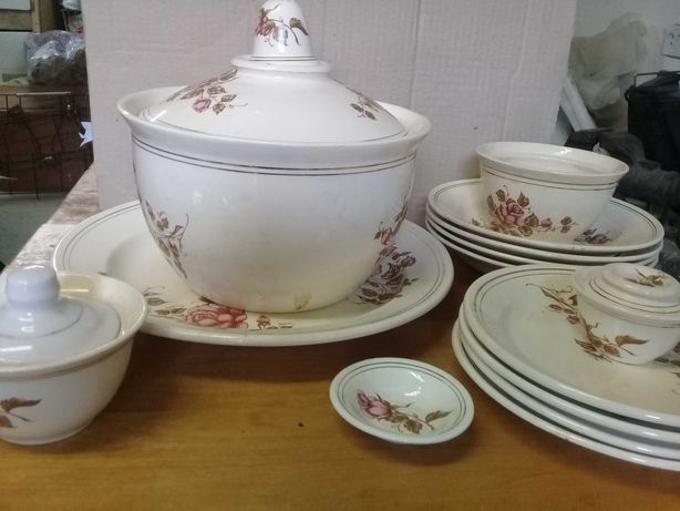 Набор: супница, тарелки, подставные, глубокие итд.
