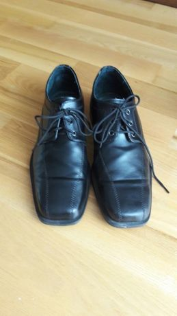 Czarne skórzane chlopięce buty garniturowe rozmiar 35 Stan Bdb.