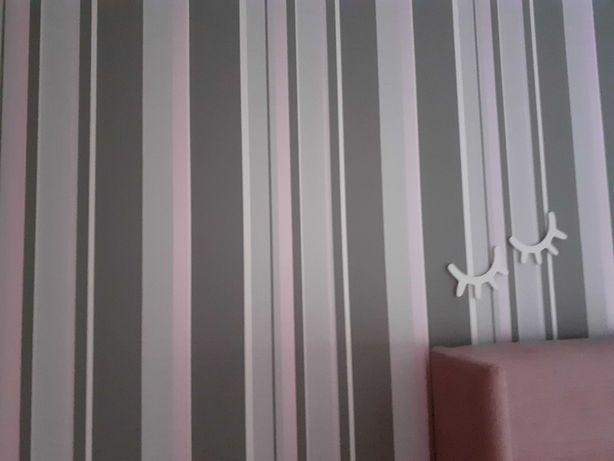 Papel de parede cor cinza, branco e rosa com relevo