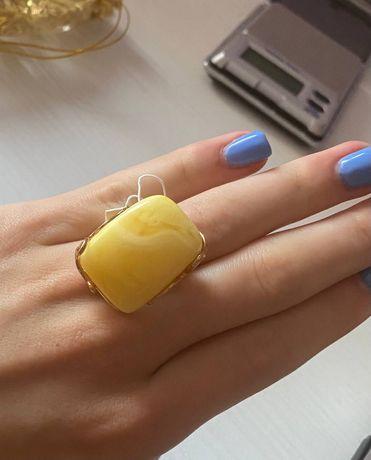 Бурштин. Позолочене срібне кільце, перстень з натуральним бурштином