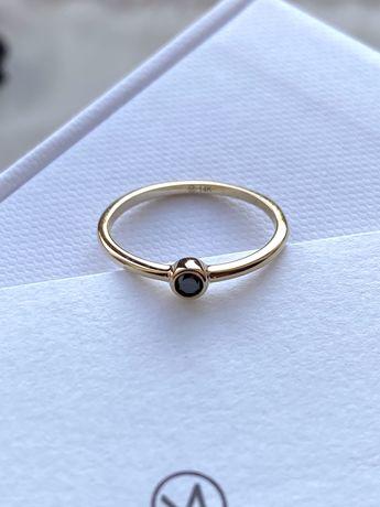 Золотое кольцо Mejuri с черным бриллиантом
