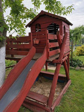 Drewniany domek, plac zabaw dla dzieci, piaskownica.