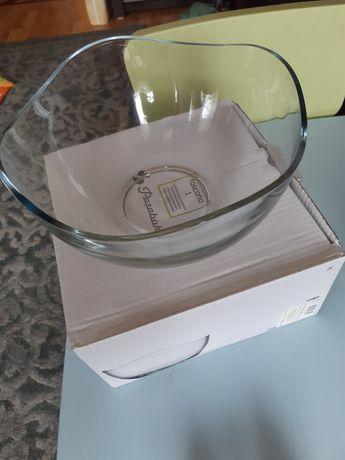 Misa szklana z ozdobnym brzegiem