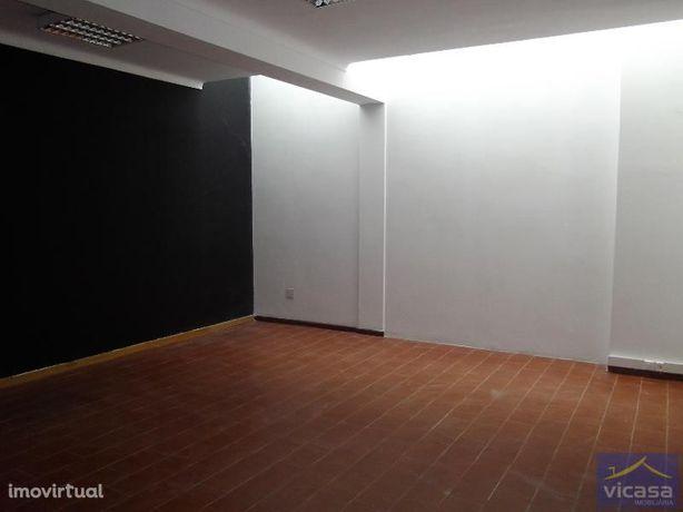Loja com cerca de 60m2  localizada em galeria comercial, muito próx...