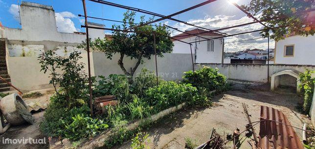 Moradia R\c e 1º andarcom quintal situada na vila de Vimieiro, Arraiol