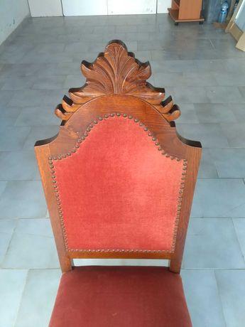 Cadeira antiga, em madeira maciça trabalhada