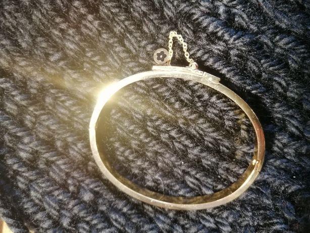 Piękna, złota bransoletka na małą dłoń