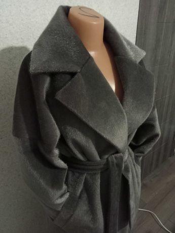 Женское пальто-халат со спущенным плечом.