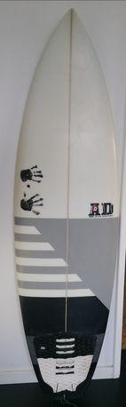 Prancha de surf, quilhas e capa