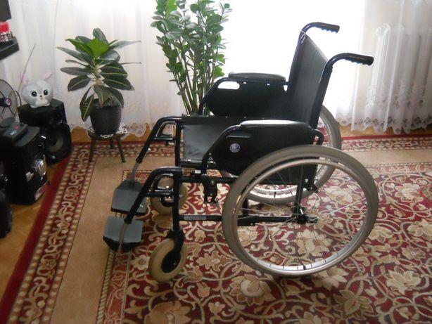 klasyczny wózek inwalidzki z hamulcami, składany
