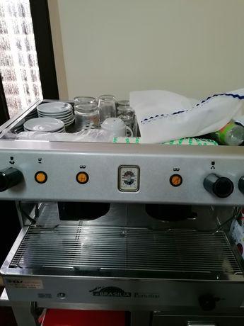 Máquina de café industrial com balcão