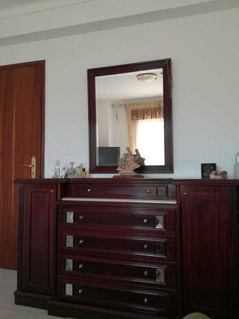 Quarto mogno, cama, mesas de cabeceira, cómoda e espelho.