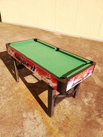 Mesa de snooker e matraquilhos.