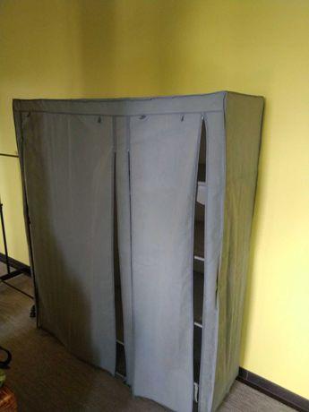 szafa tekstylna i wieszak na ubrania