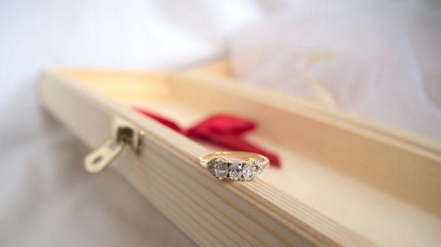 Złoty pierścionek z kolekcji Tomas Rae - piękne diamenty