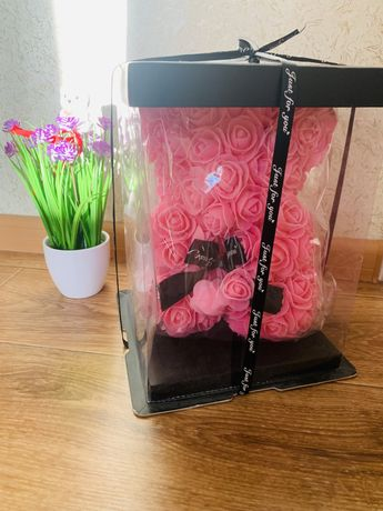 Рожевий ведмедик з штучних троянд у коробці