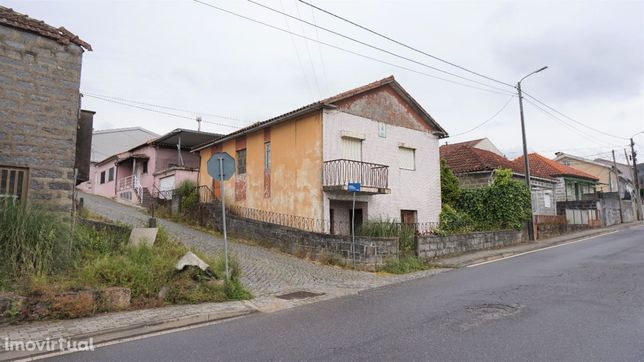 Moradia individual para restauro em Nogueira