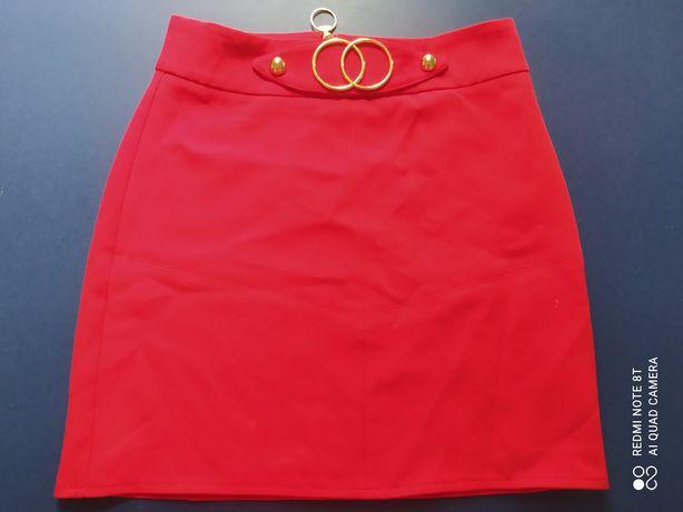 Spódnica czerwona z ozdobnym paskiem