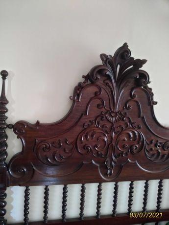 Cama casal  c/ colchão e mesas de cabeceira madeira maciça séc XVII