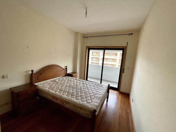 Mobilia maciça Quarto Cama estrado e colchão 2 mesas cabeceira