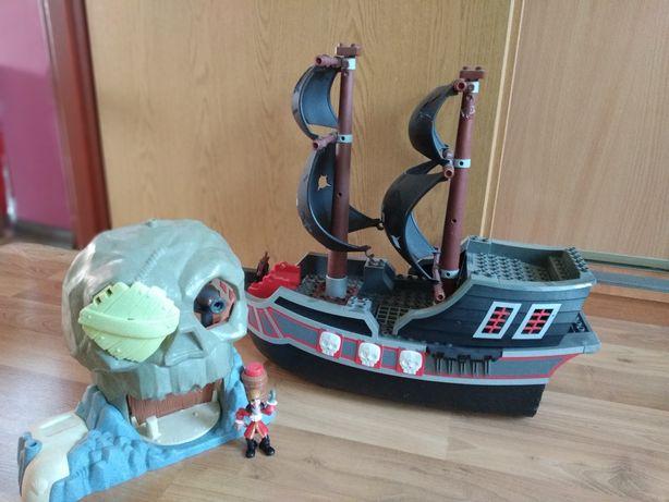 Piracki statek z wyspą i kapitanem Hakiem