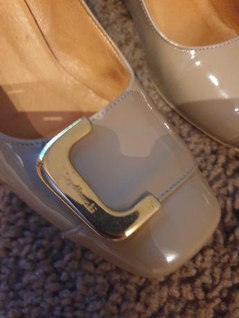 Beżowe buty skórzane lakierowane Szydłowski