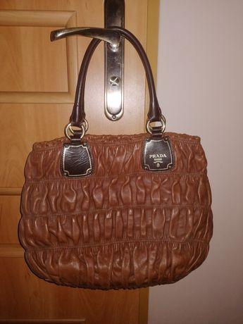 Śliczna skórzana brązowa torebka Prada