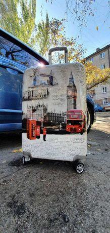 Пластиковый чемодан дорожный с аэрографией на 4х колёсах London