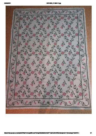 Uma carpete e dois tapetes de arraiolos