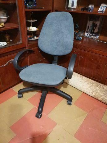 Кресло офисное на колесах