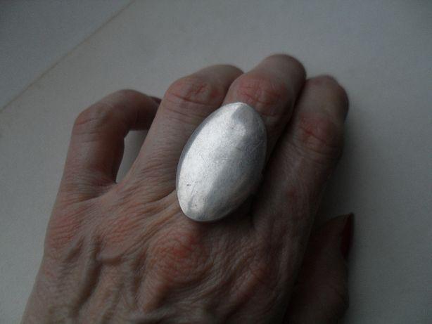 Srebrny duży pierścionek - fajny jajowaty kszałt