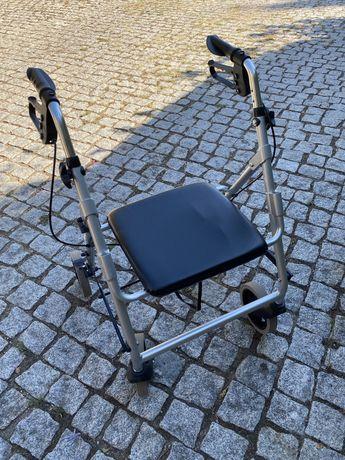 Andarilho com rodas para idosos.