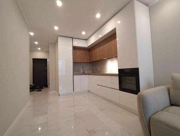 Белая глянцевая кухня на заказ. Кухня без ручек с фурнитурой Blum.
