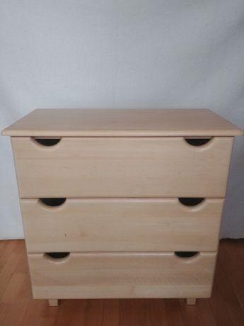 Drewniana komoda do pokoju dziecięcego.