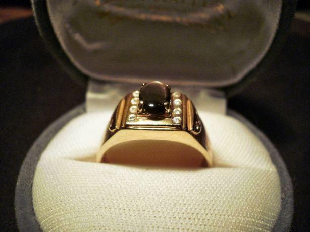 Золотое кольцо со звездчатым сапфиром и цирконами