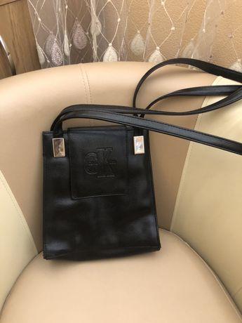 Удобная вместительная сумка Calvin Klein.