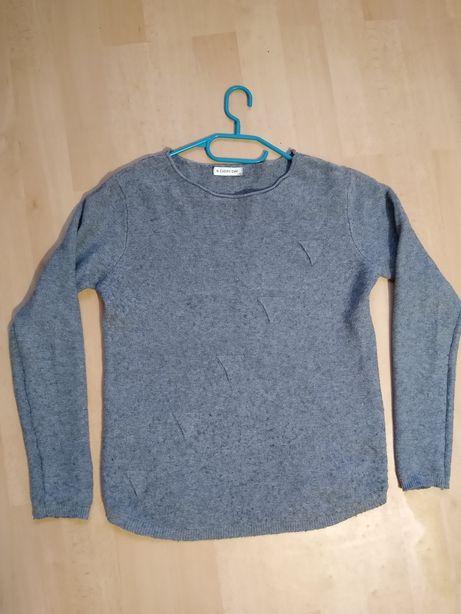Szary sweter sweterek