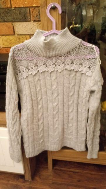 Sweter szary z gipiura z przodu