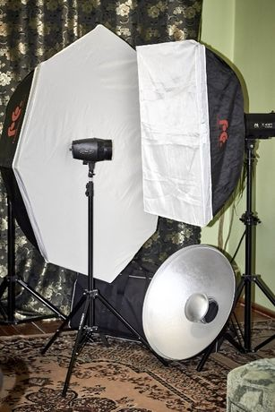 Імпульсне студійне освітлення. комплект спалахів