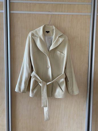 Пальто молочного цвета.