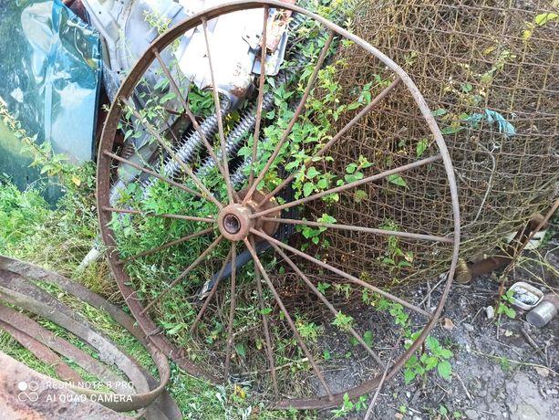 Stare metalowe koło rolnicze ozdoba