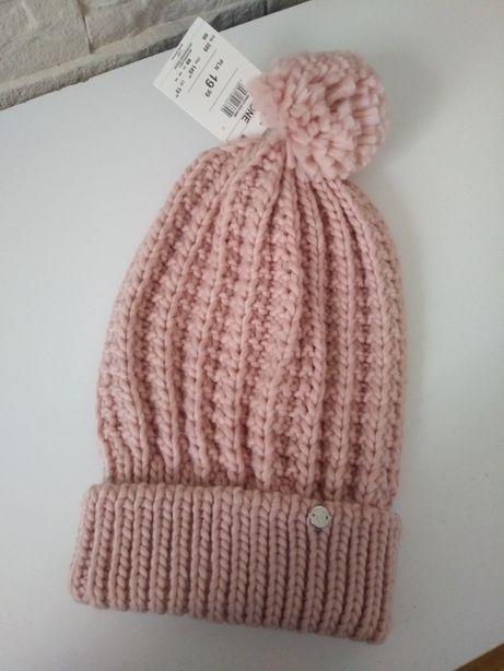 Różowa czapka z pomponem.