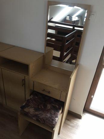 Toaletka wraz z szafką z szufladami