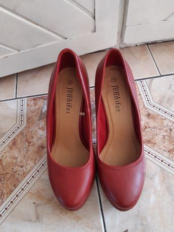 Czerwone zakryte szpilki