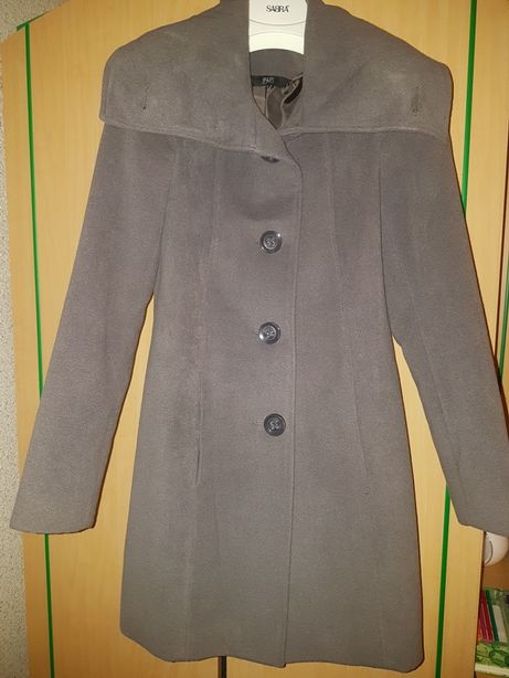Szary elegancki płaszcz.