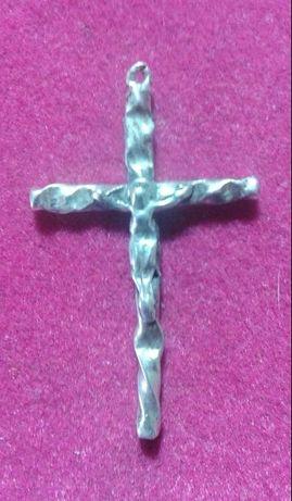Bonito crucifixo em prata com um interessante trabalhado.