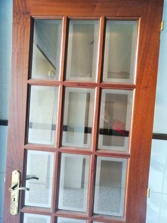 Portas de madeira com vidros