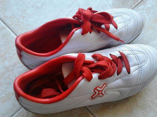 Chuteiras brancas e vermelhas n 34 com pitons