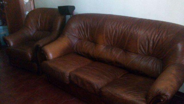 Terno de sofás em pele e madeira maciça anos 70