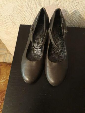 Туфли кожаные,серого цвета,39 размера,небольшой каблук,нестерающая под